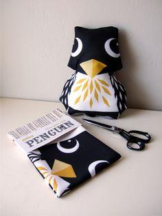 #8/101: theedoek omtoveren tot knuffel (zoals deze pinguin van Mibo)