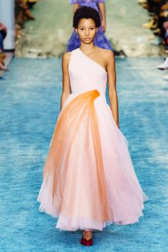 Carolina Herrera Fall 2019 Ready-to-Wear Fashion Show - Vogue New York Fashion, Runway Fashion, Fashion Outfits, Women's Fashion, Fashion Trends, High Fashion, Vogue, Glamour, Kate Middleton