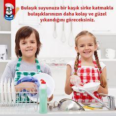 Bulaşık suyunuza bir kaşık sirke katmakla bulaşıklarınızın daha kolay ve güzel yıkandığını göreceksiniz.