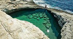 Essa piscina incrível fica na Ilha de Thassos, localizada próxima à costa da Macedônia. A lagoa é esculpida em rochas e abriga a água cristalina que vem diretamente do mar Egeu. Giola   Grécia