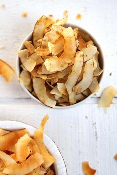Receita Paleo Lowcarb de Chips de Coco muito crocante e nutritivo. Aprenda como preparar a versão doce e a versão salgada! Coco, Chips, Substitute For Egg, Milk And Cheese, Snack Recipes, Snacks, Food And Drink, Low Carb, Gluten Free