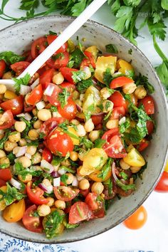 Knuspriger Kichererbsen-Tomaten-Salat Rezept (vegan + glutenfrei) Crunchy chickpea and tomato salad recipe with cumin and parsley (vegan + gluten-free) für das Abendessen Healthy Dinner Recipes, Vegetarian Recipes, Snacks Recipes, Vegan Vegetarian, Easy Recipes, Snacks Ideas, Healthy Lunches, Easy Snacks, Brunch Recipes
