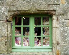 Locronan et ses fenêtres discrètes   Finistère Bretagne