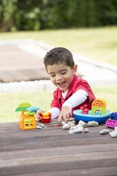 Knabe spielt mit Lego Duplo