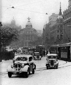 December in Madrid, Spain 1945 Antique Photos, Vintage Photographs, Vintage Photos, Old Pictures, Old Photos, Foto Madrid, Frozen In Time, Historical Pictures, Street Photography