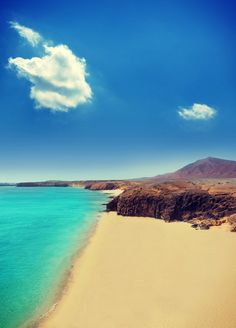 Red mountains, golden sand and turquoise waters, #Lanzarote anyone?