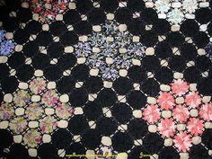 Esta colcha é muita linda. Um trabalho de dedicação e carinho, feito pela minha sogra. Toda em fuxicos coloridos contornados com fuxicos p...
