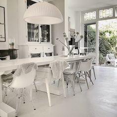 Wit interieur | wit wonen wordt levendig door gebruik van verschillende materialen & structuren | Een klein enkel kleur element zorgt voor een verassend & verfrissend element