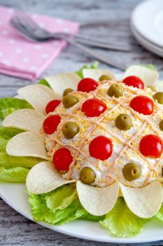 nice presentation for ensaladilla rusa, but the other recipe is better Appetizer Sandwiches, Appetizers, Tapas, Good Food, Yummy Food, Spanish Dishes, Food Garnishes, Veggie Tray, Food Decoration