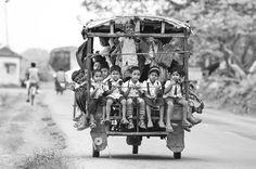 Οι πιο απίστευτες και αδιανόητες διαδρομές παιδιών προς τα σχολεία τους...  Beldanga, India