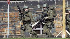 Fusillade au parlement d'Ottawa | ICI.Radio-Canada.ca | Un groupe tactique de la Gendarmerie royale du Canada (GRC) sur la colline du Parlement, à Ottawa Crédit photo : Presse Canadienne/Adrian Wyld