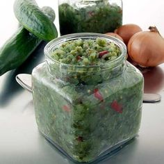 Kerrassaan mainioon kurkkusalaattiin tarvitaan mm. avomaankurkkuja, sipulia, etikkaa ja Hillosokeria. Varaa keittämiseen riittävän suuri kattila. Spice Mixes, Preserves, Guacamole, Pickles, Cucumber, Nom Nom, Baking, Vegetables, Ethnic Recipes