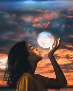 Perspective Photography, Moon Photography, Girl Photography Poses, Creative Photography, Photoshop Photography, Oman Travel, Greece Travel, Hawaii Travel, Moon Art