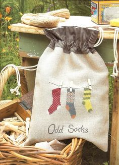 Fieltro y Tela - Odd Sock Bag Cross Stitching, Cross Stitch Embroidery, Embroidery Patterns, Sewing Patterns, Cross Stitch Designs, Cross Stitch Patterns, Crazy Socks, Odd Socks, Diy Sac