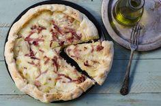 Torta salata con patate, speck, scamorza e cipolle caramellate: ecco la ricetta da non farsi scappare per prendere i propri ospiti per la gola. Una ricetta squisita, facile e veloce!