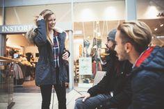 Was gibt es Schöneres, als wenn die Shop-Besitzerin selbst als Model fungiert? Die liebe Kim von Instore im Emmen Center präsentiert mit zwei Freunden die aktuellen Herbsttrends.