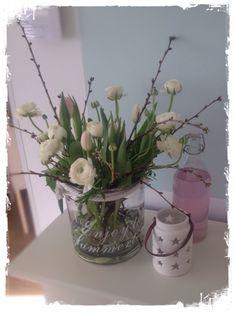 Simpel maar fleurig lente boeket. Met kersenbloesem, tulpen en ranonkels. Tulpen moeten nog open gaan.