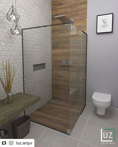Banheiro tons claros com porcelanato madeira. Really love the clean lines but touch of warmth that the wood adds Bathroom Tile Designs, Bathroom Design Luxury, Bathroom Layout, Modern Bathroom Design, Tile Layout, Bath Design, Wood Tile Shower, Wooden Bathroom, Small Bathroom