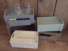 Vintage Theedoos / dienblad met lade  In het  dienblad zit een  lade met 6 vakjes om theezakjes te bewaren. Afmeting 27 x 16 x 11 Verkrijgbaar in 4 kleuren