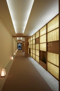 Love this indirect lighting from the ceiling, the rice paper wall, and the floor lanterns. (Azabu Gardens at sakakura associates) Corridor Lighting, Cove Lighting, Indirect Lighting, Interior Lighting, Lighting Ideas, Japanese Architecture, Interior Architecture, Interior And Exterior, Ceiling Design