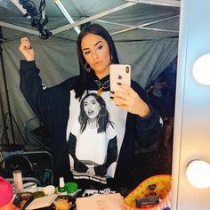 La imagen puede contener: 2 personas, teléfono Camila Gallardo, Stage Outfits, Labradoodle, My Idol, Beautiful Women, Teen, Instagram, Pretty, Attraction