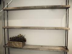 Scaffalatura stile industrial Sono state utilizzate vecchie tavole in legno da cantiere. Per la struttura e' stato utilizzato un tondino in ferro che sorregge i ripiani tramite dei fori in prossimità degli angoli.