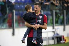 Simone Padoin of Cagliari with the son at the end of the Serie A match between Cagliari Calcio and Hellas Verona FC at Stadio Sant'Elia on November 5, 2017 in Cagliari, Italy.
