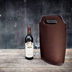 Sac porte bouteille en cuir pleine fleur Coloris proposés : marron chocolat et camel Dimensions : 24 x 39 x 9 cm Tarif : 112€