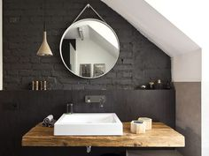 Czarna ściana w łazience: cegła na ścianie i drewniany blat w projekcie łazienki na poddaszu