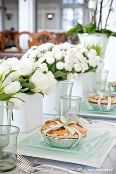 Table setting with a pie as a gift .:. Organização da mesa com uma torta como presente - rosas e tulipas brancas .:. White roses and tulips