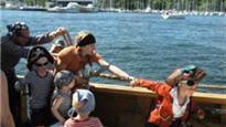 Finn og kjøp Sjørøvercruise billetter på SS Jomfruen, Rådhusbrygge 3 på billettservice.no Piratcruise i Oslo for barn! For å bli en ekte pirat må du mønstres, det betyr at du må gjennom 3 ildprøver og mestre følgende piraterier: 1. Blend in! Få deg en sjørøvertatovering 2. En ekte sjørøver må lære seg fekting. ...hvordan ellers skal man kunne forsvare seg?! 3. Sjørøverkart er piratenes viktigste verktøy.  Blir du pirat har du noe å være stolt av!