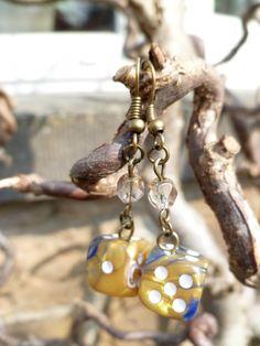 """Boucles d'oreille """"Mondoshawan"""" avec dés à jouer 6 faces bleu/or et perles de Bohème beiges : Boucles d'oreille par acherontia"""