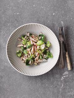 En salat der er så fyldig og mættende, at den kan spises, som den er. Cocktails, Healthy Salad Recipes, Tofu, Parmesan, Sprouts, Asparagus, Risotto, Dinner, Vegetables