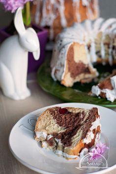 Babka drożdżowa jest idealna nie tylko na Wielkanoc. Sprawdzi się doskonale jako lekkie i zdrowe niedzielne ciasto. Jeśli posmarujesz kawałki babki marmoladą lub kremem orzechowym, nawet dzieci będą zachwycone jej smakiem.   http://www.kreatorsmaku.tv/przepisy/baba-drozdzowa/