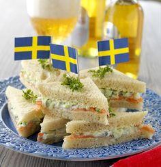 Sandwich med lax och gurka. Hitta receptet på www.hemmetsjournal.se!