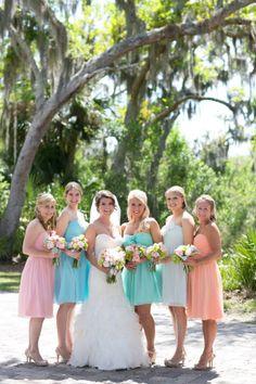 Vestidos para damas-de-honor em tons pastel. #casamento #damasdehonor #madrinhas #cores #pastel