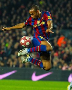 Football Poses, Football Soccer, Football Players, Barcelona Football, Fc Barcelona, Ronaldinho Wallpapers, Thierry Henry, Soccer Stars, Football Wallpaper