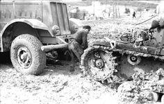 L'ESERCITO TEDESCO IN GUERRA CONTRO LA RUSSIA HA TROVATO MOLTE DIFFICOLTA' DURANTE L'AVANZATA NELLA STEPPA DOVUTE ALL'INTEMPERIE UNICHE NEL SUO GENERE DURANTE LA MARCIA SU MOSCA ANCHE PER I MEZZI CINGOLATI NEL 1942
