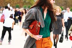 This is the perfect palette for Fall Saturated emerald green combined with mustard and accented with a earthy, rusty red. Work Fashion, Fashion Beauty, Color Fashion, Paris Fashion, Women's Fashion, Orange Jeans, Minimalist Fashion, Minimalist Style, Sartorialist