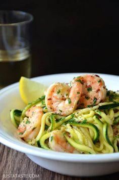 Eerder kwam ons ter oren dat pasta dan toch geen dikmaker zou zijn. Maar misschien voel jij dat persoonlijk – aan je broek enzo – toch anders aan. Deze 11 pasta-lookalikes zijn laag aan calorieën, maar toch bijzonder lekker. Het geheime ingrediënt? Courgettespaghetti. Caloriearme 'pasta' maak je met courgettespaghetti. De makkelijkste manier om sliertjes van …