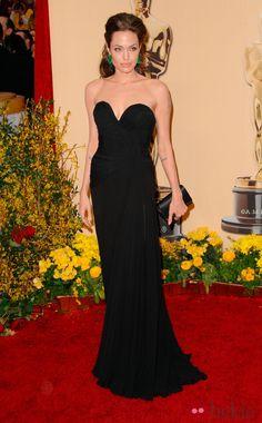Angelina Jolie con un vestido de Elie Saab e impresionantes pendientes de Lorraine Schwartz.