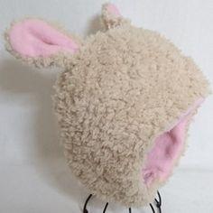 かわいいもこもこアニマル帽子になります。 内側はフリースになります。型紙から作成しております。あたま部分は6枚ハギになっております。スナップボタンであごのところをとめることができます。 冬のおともにいかがでしょうか!?※耳の向き、形などはひとつひとつ違います。ご了承お願いいたします。 ~サイズ52平均1歳半~3歳くらいのサイズになります。あくまでも平均になります。 多少の伸縮性がございます。スナップボタンは2セットつけております。3段階の調整が可能です。ちいさなお子様が自分でとってしまうということがないからいい!というお声もいただいております。※お洗濯の注意点※お洗濯はできれば手洗いをおすすめいたします。また、伸び縮み、ファの風合いなどがございますので、おしゃれ着洗い洗剤をおすすめいたします。…