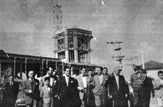 Deputado Norberto Mayer visitando a Vila Santa Isabel. Ao fundo, o Santuário Santa Isabel Rainha em construção. Fonte: Eco de Santa Isabel (anos 50)