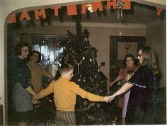 God Jul - Dancing around the christmas tree