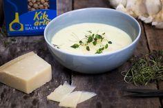 4 portioner Krämig och god soppa på kikärter och timjan som toppas med parmesanost i grova bitar.