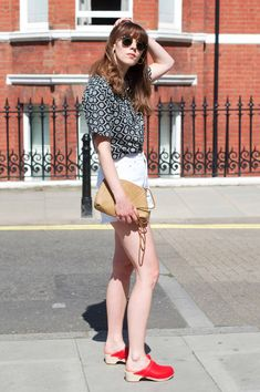 I love how these red clogs elongate my legs and look with denim shorts | Fashion Et Moi