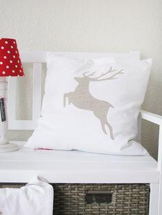 ♥  Der Hirsch ist aus altem Leinen und wurde auf das Kissen appliziert.