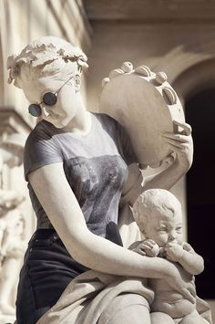 What if the antique statues were dressed like hipsters? The artist and photographer Léo Caillard became famous in 2012 with his Hipsters in Stone series… Hipster Outfits, Modern Outfits, Hipster Clothing, Michelangelo, Statues, Leo, Ancient Greek Sculpture, Deep Art, Photography Series