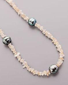 Collier mit nudefarbenen Zirkonen und grau-schwarzen Tahitiperlen - Ein faszinierendes Spiel aus Steinen, Perlen und Silber  Der überwiegende Teil dieses Colliers besteht aus nudefarbenen Zirkon-Splittern. Die Edelsteine im Glattschliff sind nicht nur effekt-, sondern auch wertvoll. Zusammen bieten sie etwa 75 Karat!  Die Zirkone werden von 3 grau-schwarzenTahitiperlen begleitet. #schmuck #sognidoro #sogni #doro #silber #kette #hals #necklace
