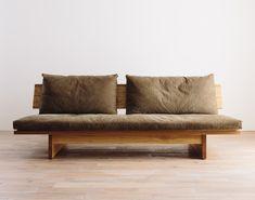 ※写真は、別サイズの商品です。※写真の背もたれのクッション、FREXバッククッションはオプションになります。※本体と座面のベンチタイプソファです。スチールだった脚を木材にすることで、より温かみを感じられるデザインになりま Pallet Furniture Chairs, Home Decor Furniture, Furniture Design, Wood Sofa, Take A Seat, Handmade Furniture, Sofa Design, Room Decor, Couch